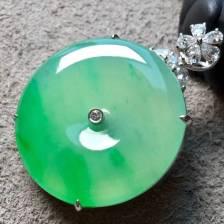 ❤️。高冰种飘阳绿平安扣吊坠,色阳绿,水头足,肥美大气,整体:37.7-27.5-8.6,裸石:27.5-4.5mm。完美