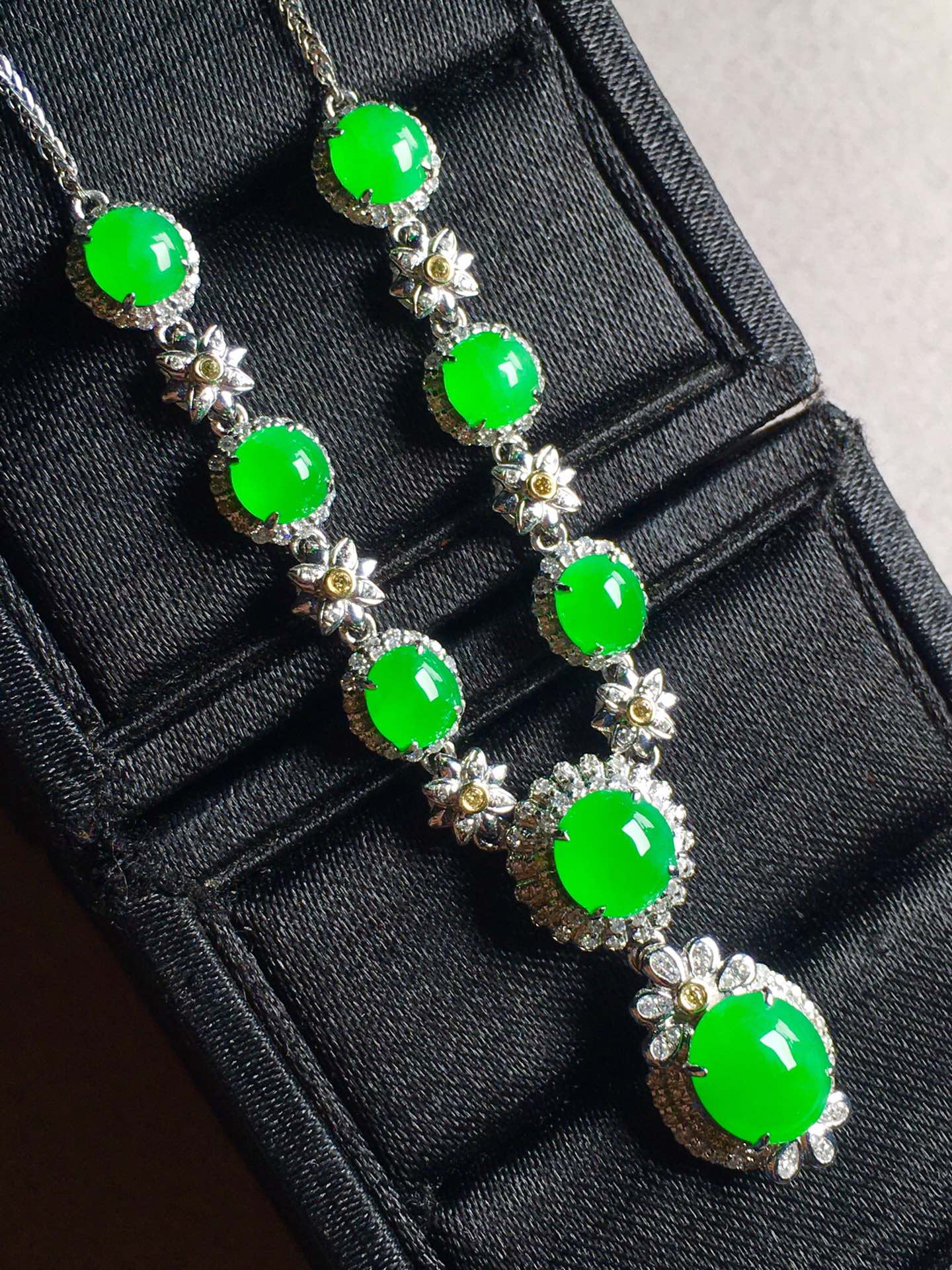正阳绿蛋面锁骨链,裸石最大:8.5-7.3-3.6第1张