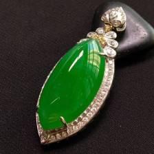 满色马眼吊坠、完美饱满、18k金镶嵌南非钻石、镶嵌尺寸:44.5-18.5-13.5。裸石规格:28.5-14-7。