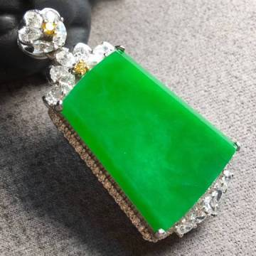 冰种满绿素牌吊坠,翠色盈盈