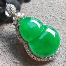 ❤️。高冰种阳绿葫芦吊坠,色阳绿,品相好,胖嘟嘟,很大气,整体:40.5-22-11.3,裸石:26-18.2-5mm。完美